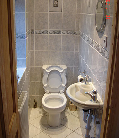 photograph of a toliet and bathroom tiled by Versa Tile Ceramics